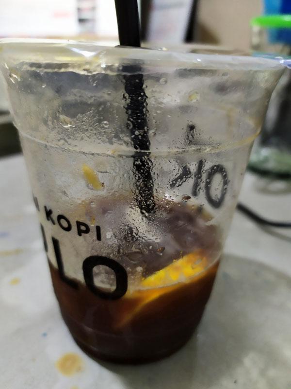 Potongan jeruk di kopi kedai kopi kulo
